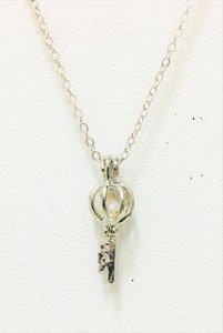 De Key Silver uit de Caged Pearl collectie van de Nigoja lijn biedt jou de klasse en luxe die je verdient. Deze mooie zilverkle